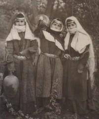 """Зангезурские женщины в архалухах и головных уборах """"башенкой"""". Начало XXв."""
