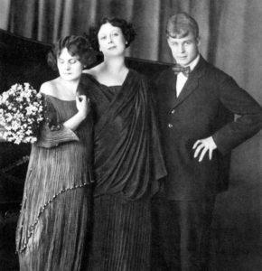 С. Есенин, А. Дункан и ее приемная дочь Ирен